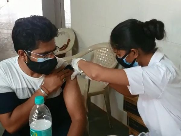 વડોદરામાં આજે વહેલી સવારથી યુવાનોએ રસી લેવા માટે ઉત્સાહ બતાવ્યો હતો - Divya Bhaskar