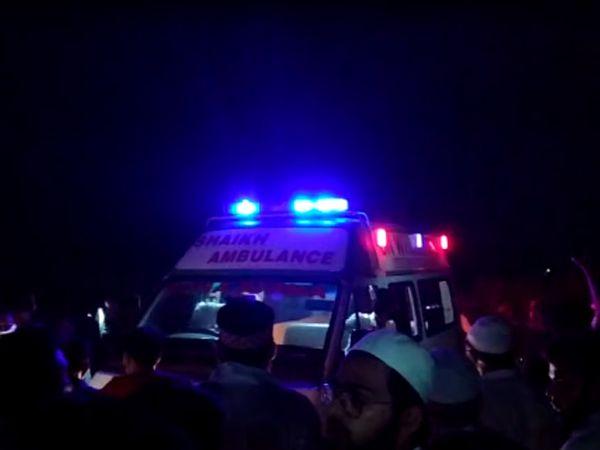 આગમાં બચી ગયેલા દર્દીઓને અન્ય હોસ્પિટલમાં ખસેડવાની કામગીરી.