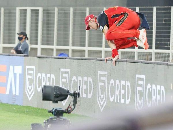 मैच के दौरान बेंगलुरु टीम के काइल जैमीसन ने गेंद को स्टैंड से हटा दिया।