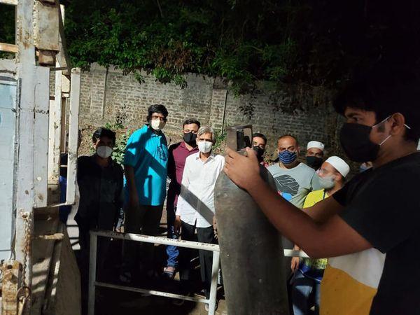 ડભોઈની વિનાયક હોસ્પિટલમાં મધરાતે ઓક્સિજન ખૂટી પડતાં કોરોના દર્દીઓ ના જીવ જોખમમાં મુકાયા હતા. રેફરલ હોસ્પિટલે છ સિલિન્ડર પરત આપવાની શરતે મદદરૂપે આપ્યા. - Divya Bhaskar