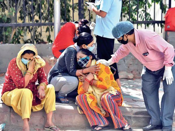 કોરોનાથી મૃત્યુ પામતા લોકોનાં પરિજનનાં આવાં દૃશ્યો ભારતમાં હવે સામાન્ય બની ગયાં છે. - Divya Bhaskar