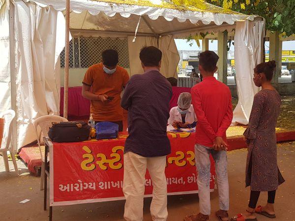 નસવાડી ટાઉનના કોરોના કેમ્પ પર ટેસ્ટ કરાવવા આવતા ગ્રામજનો. - Divya Bhaskar