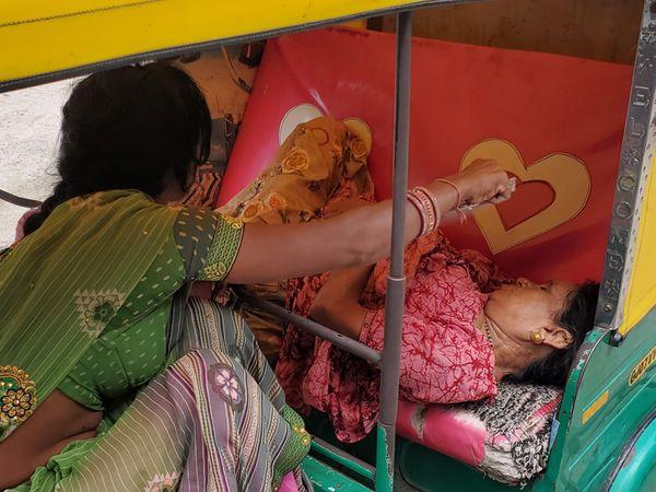 નડિયાદ સિવિલ હોસ્પિટલના કોવિડ કેર સેન્ટર બહાર 108ની સાથે સાથે ખાનગી વાહનોમાં પણ લોકો સારવાર માટે આવી રહ્યા છે. લાંબુ વેઇટીંગ હોવાને કારણે હવે વાહન ચાલકો પોતાની સાથે ઓક્સિજન લઇને આવતા નજરે પડી રહ્યા છે. - Divya Bhaskar