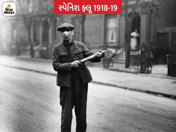 લંડનના એક રસ્તા પર માસ્ક પહેરીને હેન્ડ પંપથી એન્ટી ફ્લૂ સ્પ્રે કરતો એક કર્મચારી. ત્યારના હેલ્થ અધિકારીનું માનવું હતું કે ફ્લૂ હવાથી પણ ફેલાય છે.