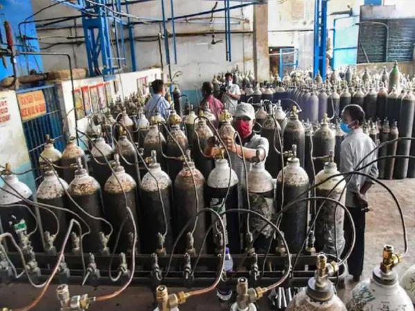 ઓક્સિજનનું ઉત્પાદન કરી રિફિલિંગ કરતા કારીગરો - ફાઇલ તસવીર - Divya Bhaskar