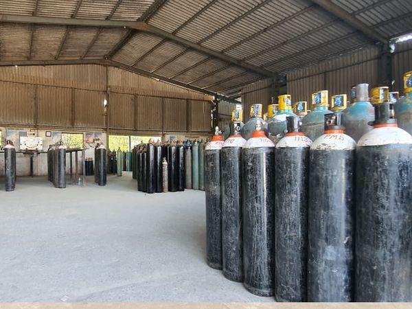 દેવનંદન ગેસ કંપની એર સેપ્રેસન યુનિટની મદદથી વાતાવરણમાં થી સીધેસીધું ઓક્સિજનનું ઉત્પાદન કરે છે