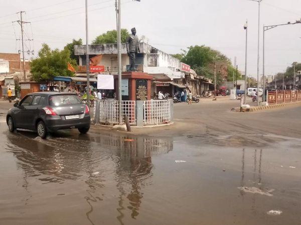 દુર્ગંધ મારતું પાણી માર્ગો પર - Divya Bhaskar