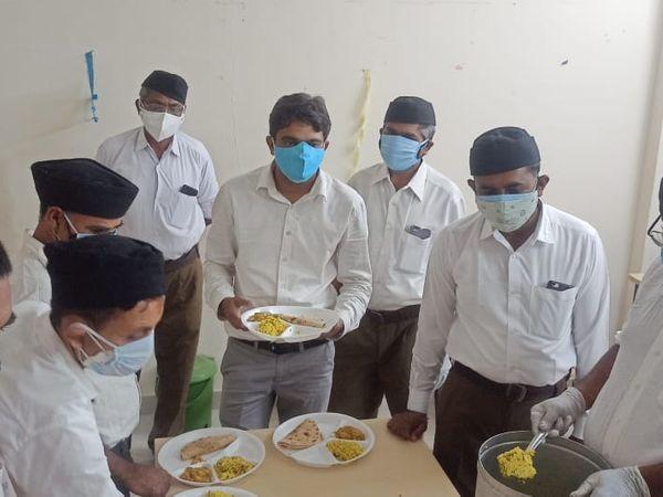 પાટડી આરએસએસના 20 સ્વયંસેવકો કોવિડ દર્દીઓની સેવામાં ખડેપગે - Divya Bhaskar