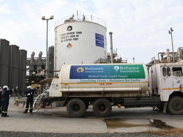પ્રાણવાયુની અછત દૂર કરવા RILએ યુદ્ધના ધોરણે  ઓક્સિજનનું ઉત્પાદન શરૂ કર્યું - Divya Bhaskar