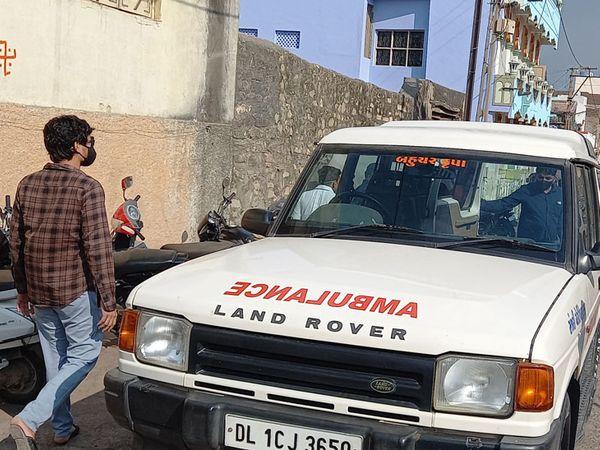 કોવિડના દર્દીઓ માટે લેન્ડ રોવર કારને એમ્બ્યુલન્સમાં ફેરવી નાખી - Divya Bhaskar