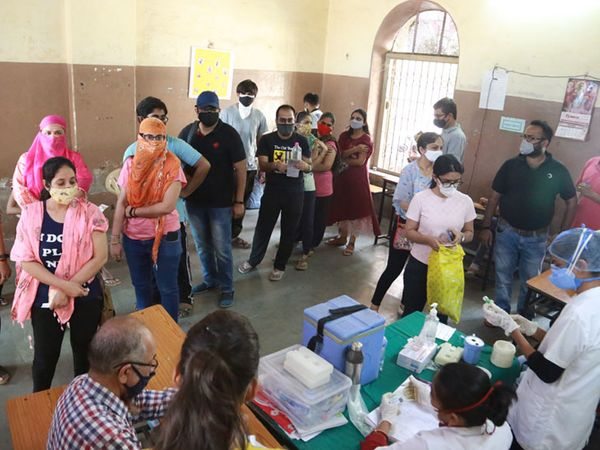 આયોજન નહીં હોવાથી વેક્સિન કેન્દ્રમાં સોશિયલ ડિસ્ટન્સિંગનો પણ ભંગ થયો હતો. - Divya Bhaskar