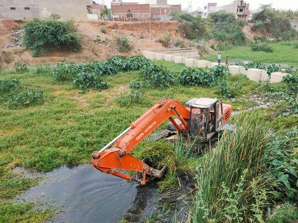 દૂધીમતિ સફાઈ અભિયાન અંતર્ગત નદીની સઘન સફાઈ ચાલી રહી છે. - Divya Bhaskar