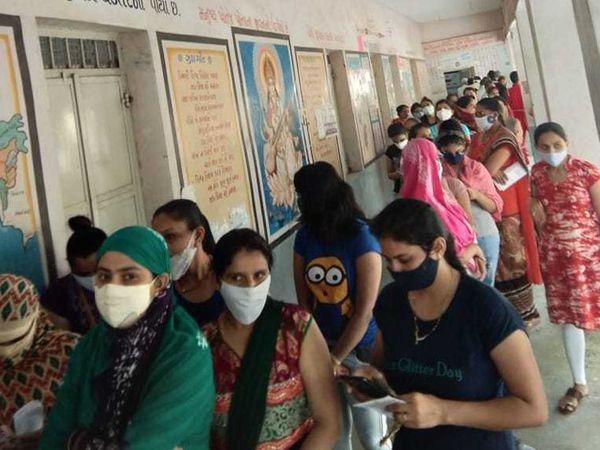 મહેસાણા નાગલપુર સેન્ટરમાં વેક્સિનેશન માટે યુવતીઓમાં ખાસ્સો ઉત્સાહ જોવા મળ્યો હતો. અહીં મોટી સંખ્યામાં યુવતીઓએ રસી લીધી હતી.