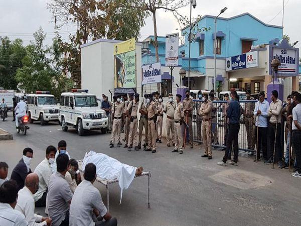 ટોળુ લાશ લઇ કડી પોલીસ મથકે પહોંચ્યું હતું. એસપીની ખાત્રી બાદ બે કલાક પછી લાશ ઘરે લઈ જવાઇ હતી. - Divya Bhaskar