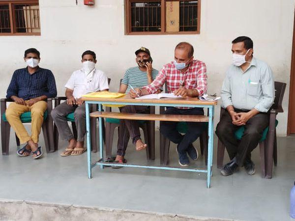 ધાનેરામાં અર્બુદા યુવા ફાઉન્ડેશનની ટીમ દ્વારા ટિફિન સેવા આપવામાં આવી રહી છે. - Divya Bhaskar