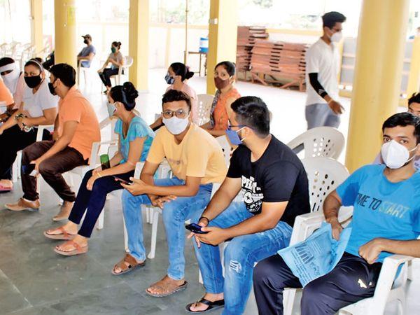 પહેલીવાર મત આપવા જતા હોય તેવા ઉત્સાહથી યુવાઓ રસી લેવા ગયા - Divya Bhaskar