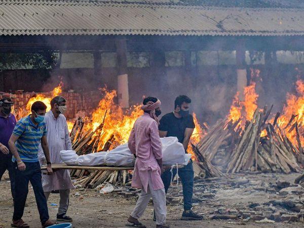 ફોટો દિલ્હીના ગાજીપુર ઘાટનો છે. અહીં દરરોજ સતત 24 કલાક લોકોના મૃતદેહોના અંતિમ સંસ્કાર કરવામાં આવી રહ્યા છે.