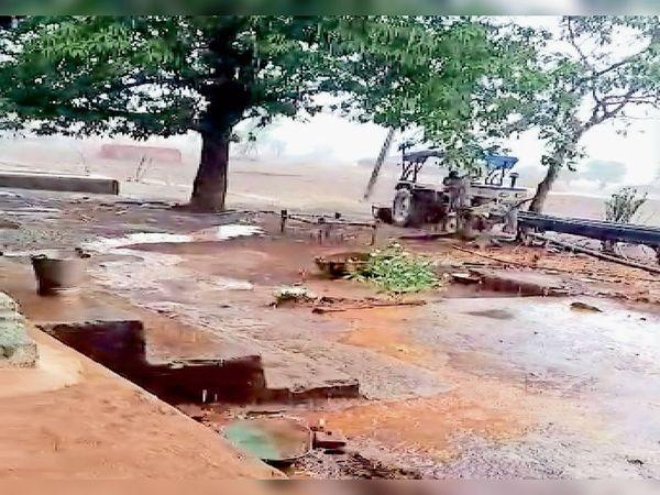 સોનગઢના મલંગદેવ પંથકમાં માવઠાને લીધે ભરાયેલું પાણી. - Divya Bhaskar