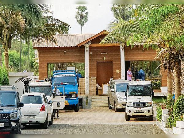 પિંજરત ગામે આવેલ રોયલ વિલા ફાર્મ હાઉસ જ્યાંથી બનાવતી ઈન્જેકશન બનાવવાની ફેકટતી ઝડપાઇ હતી. - Divya Bhaskar