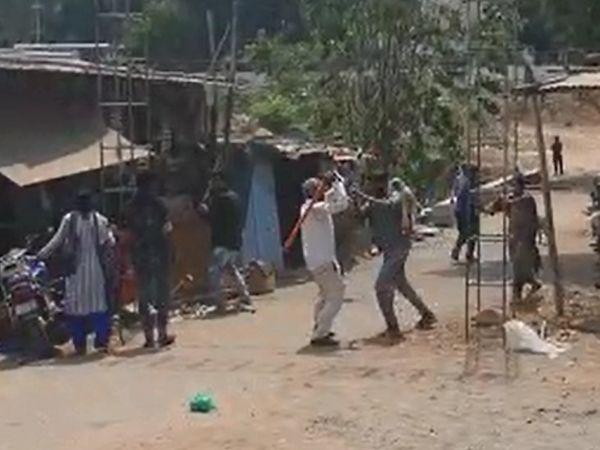બંને જૂથના લોકો લાકડીઓ લઇને આમનેસામને આવી ગયા હતા
