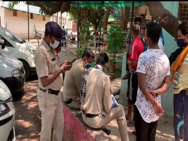 આંબેડકર હોસ્પિટલમાં મર્ચુરીની પાસે કાગળની કાર્યવાહી કરી રહેલી પોલીસ.