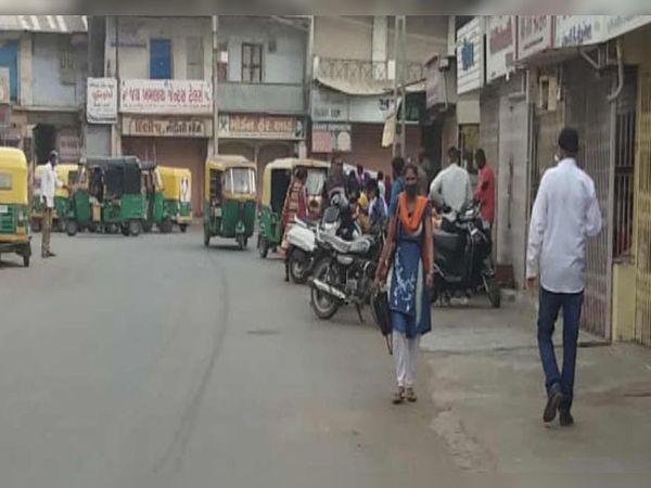 કલોલમાં 5 દિવસના લોકડાઉનના કારણે શહેરમાં હાલ દુકાનો અને બજારો બંધ હોવા છતાં અમુક લોકો બહાર ફરી રહ્યા છે. - Divya Bhaskar