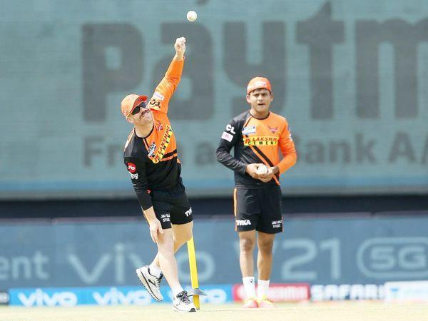 डेविड वॉर्नर राजस्थान के खिलाफ मैच से पहले गेंदबाजी अभ्यास करते हैं