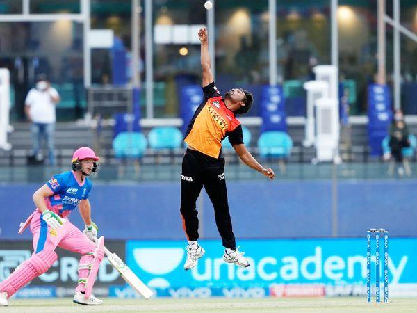 हैदराबाद के संदीप शर्मा संजू सैमसन को पकड़ने की कोशिश करते हुए