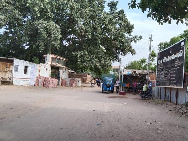 સરસ્વતી તાલુકાનું છેવાડાના ઉટવાડા ગામમાં દિવસે પણ અવરજવર ઓછી રહે છે. - Divya Bhaskar