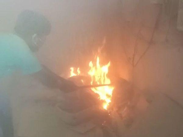 વ્હાઈટ પર્લ કોમ્પ્લેક્સના મીટર રૂમમાં અચાનક બપોરે આગ લાગી હતી. - Divya Bhaskar