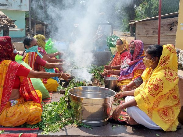 ગાયત્રી પરિવાર દ્વારા ટ્રેકટરમાં યજ્ઞકુંડ બનાવી તેમાં 65 જાતની જડીબુટ્ટી હોમી તેના ધુમાડાથી ભાટપુરને સેનેટાઇઝ કરવાનો પ્રયાસ. - Divya Bhaskar