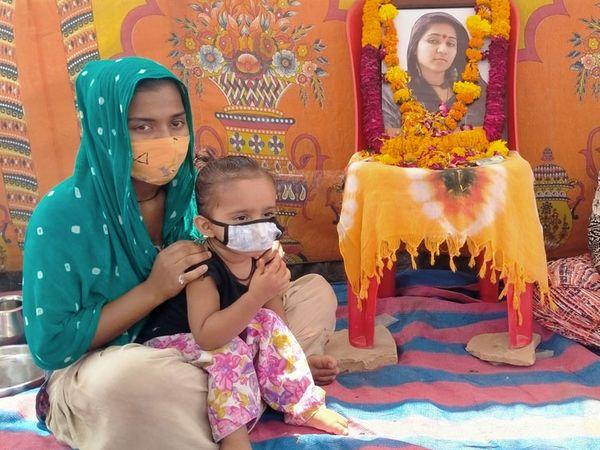 માસી સાથે બે વર્ષની દીકરીની તસવીર - Divya Bhaskar