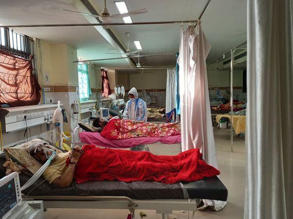 ધારપુર મેડિકલ હોસ્પિટલમાં કોરોનાના ગંભીર દર્દીઓને વેન્ટિલેટરથી સારવાર આપવામાં આવી રહી છે. - Divya Bhaskar