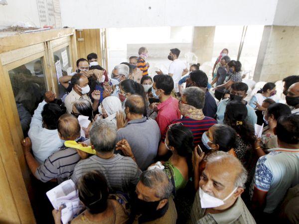 ટાગોર હોલમાં રસી માટે ધસારો થયો હતો. પરંતુ સ્ટોક ખલાસ થઈ જતાં લોકોએ હંગામો કર્યો હતો. - Divya Bhaskar