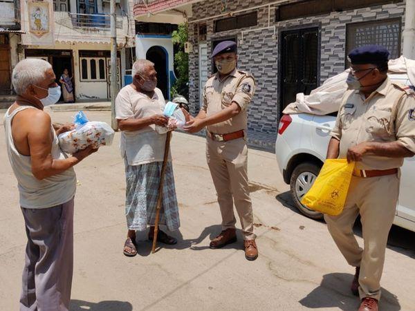 નસવાડી પોલીસે સિનિયર સિટીઝનોને કીટ આપી. - Divya Bhaskar