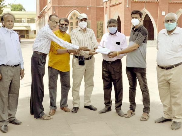 નડિયાદ તાલુકા પેન્શનર ફોરમ મંડળે નડિયાદ મિશન હોસ્પિટલને  ચેક અર્પણ કર્યો - Divya Bhaskar