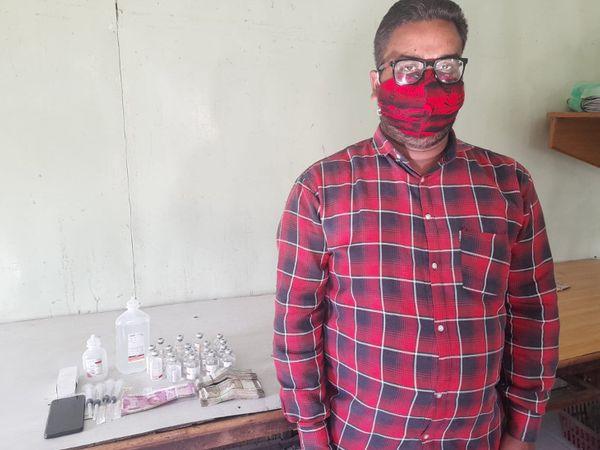 આરોપી યુવક સાથે પોલીસે જપ્ત કરેલા મુદ્દામાલની તસવીર - Divya Bhaskar
