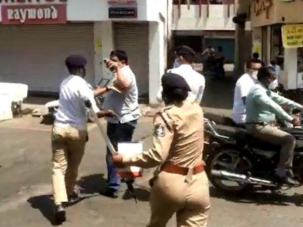 સ્થાનિકોએ વચ્ચે પડીને રાવપુરા પોલીસની કામગીરીમાં દખલ કરી હતી