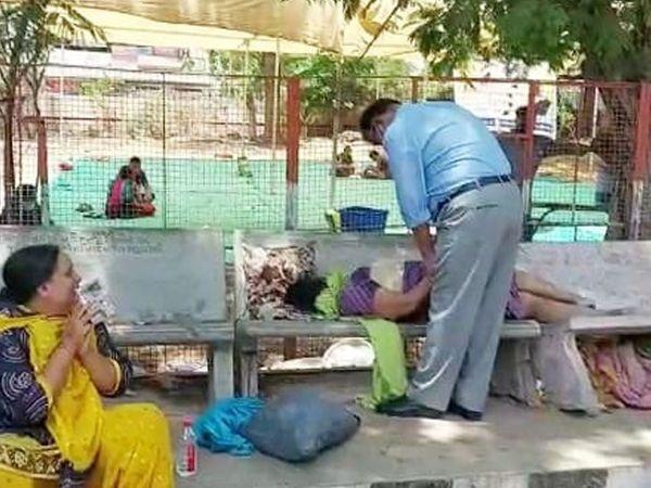 નડિયાદ સિવિલમાં લાવવામાં આવેલી મહિલાને સારવાર મળે તે પહેલા મોત થતાં દિકરી ચોધાર આંસુએ રડી રહી છે. - Divya Bhaskar