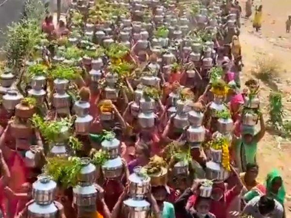 નિધરાડ અને નવાપુરામાં મહિલાઓ માથે માટલા લઇ બાધા પુરી કરવા દોડી ગઇ હતી. - Divya Bhaskar