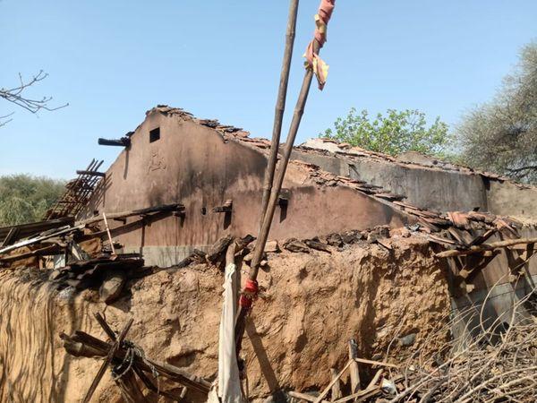ફતેપુરાના મોટાનટવામાં અકસ્માતે આગ લાગતાં ત્રણ મકાનો બળીને ખાખ થતાં લાખોનું નુકસાન થયું હતું. - Divya Bhaskar