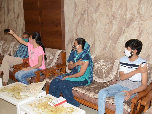 માતા, પુત્રી અને પુત્રએ એકસાથે કોરોના વેક્સિન લીધી, કહ્યું-કોરોનાને હરાવવા વેક્સિન લેવી જરૂરી - Divya Bhaskar