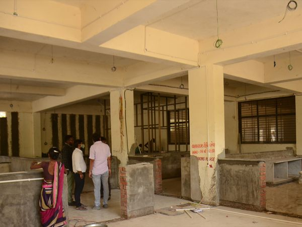 નર્સિંગ સ્કૂલના પાર્કિંગમાં રૂ.30 લાખના ખર્ચે બની રહી છે અદ્યતન કોરોના ટેસ્ટિંગ લેબ. - Divya Bhaskar