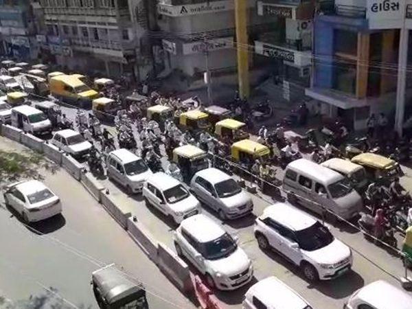 પાલનપુરમાં લોકડાઉન ખુલવાની અફ્વાના કારણે બજારોમાં ભીડ તેમજ ટ્રાફિક જામના દ્રશ્યો જોવા મળ્યા હતા. - Divya Bhaskar