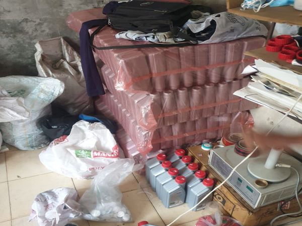 ગોડાઉન માંથી પોલીસે નકલી ઓઈલના 56 ડબ્બા મળી આવ્યા હતા. - Divya Bhaskar