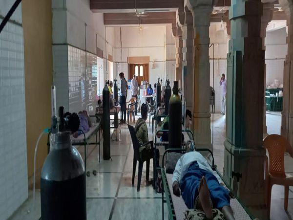 અહીં સામાજીક કાર્યકરો દ્વારા દર્દીને સતત સહયોગ અપાઇ રહ્યો છે. - Divya Bhaskar