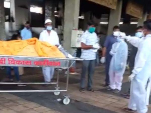 પિતાને મુખાગ્નિ આપવા માટે દીકરી સ્મશાન PPE કિટ પહેરીને ગઈ હતી. - Divya Bhaskar