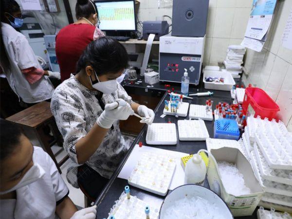 સિવિલમાં સારવાર લેતા અંદાજિત 800થી વધુ દર્દીઓના વિવિધ પ્રકારના રોજના 4500થી 5000 ટેસ્ટ કરવામાં આવે છે. - Divya Bhaskar