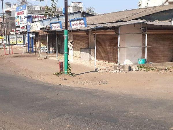 અનાવલ ગામે એક જ પરિવારના ત્રણ સભ્યોના અવસાન બાદ મંગળવારે બજારો સ્વયંભૂ બંધ રહ્યું હતુ. - Divya Bhaskar