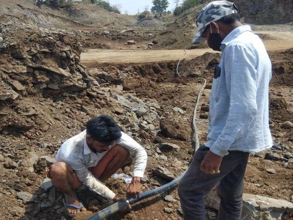 પહાડી વિસ્તારમાં રાસમાટીની પીવાના પાણી સમસ્યાના નિરાકરણ માટે પાઈપલાઈન નાંખવામાં આવી હતી. - Divya Bhaskar